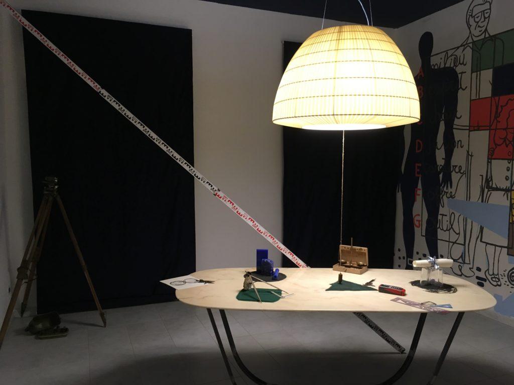 Fotografia dell'installazione sull'importanza della misura e della proporzione